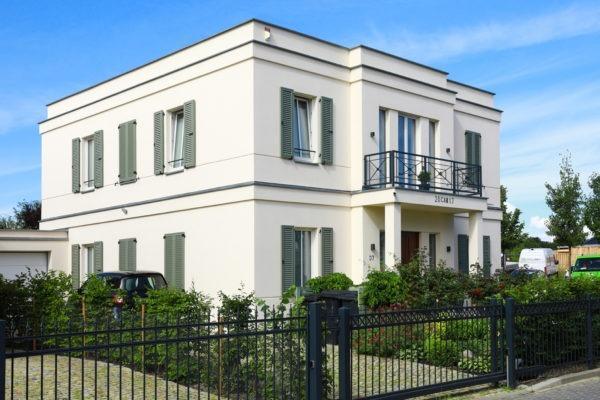 06_Einfamilienhaus mit Gesimsbändern & Fensterläden