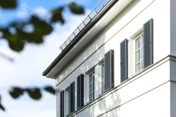 Klassisches Eigenheim mit Fensterläden
