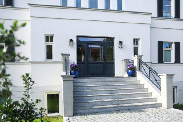 Klassisches Einfamilienhaus großzügige Freitreppe