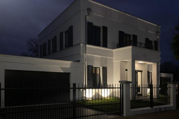 Klassizistische Villa mit Fensterläden und Gesimsband