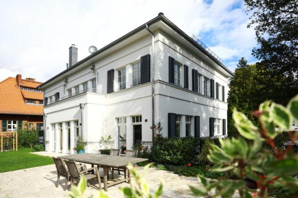 Villa Landhausstil Gesimsbänder