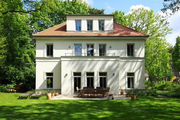 Villa im Landhausstil Gartenansicht