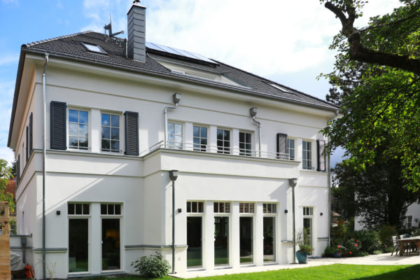 Villa im Landhausstil Gartenansicht Walmdach