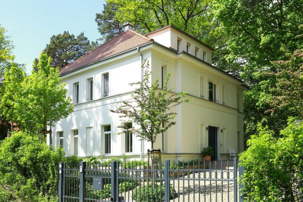 Villa im Landhausstil Straßenansicht